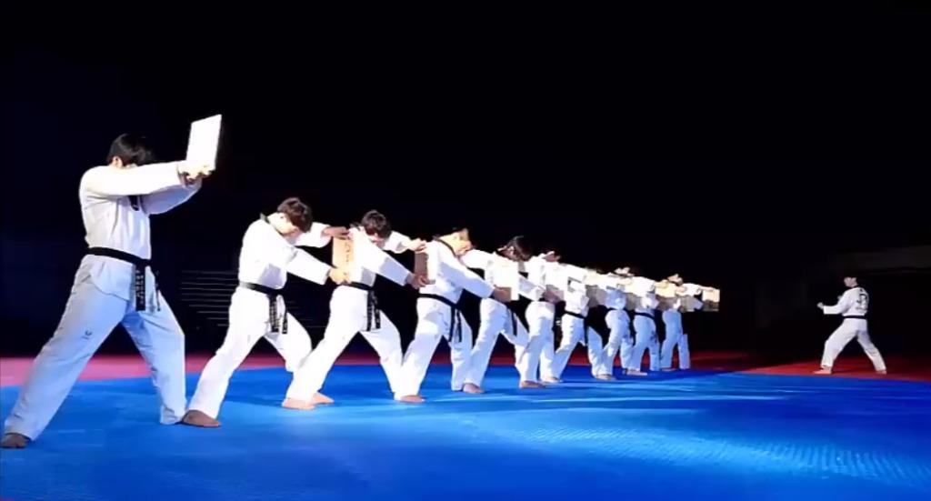 【神業】瓦を高速回転で蹴り割っていく空手のパフォーマンスが凄い!!