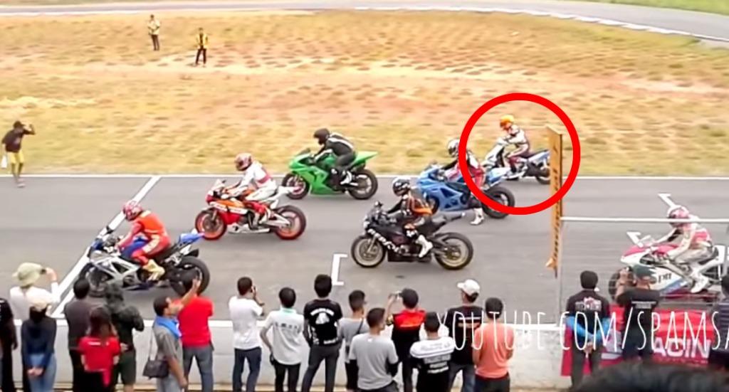 1000ccのバイクレースに一台だけ125ccのスクーターが!でもめちゃ速い!!