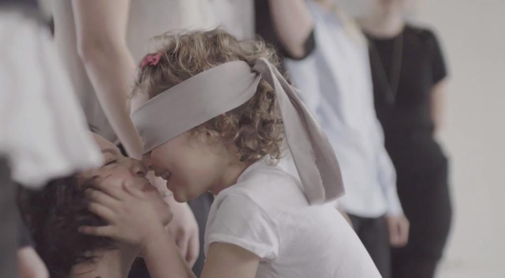 【実験】目隠しをした子供たちは誰がママがわかるか?!やっぱり母親は「たった1人の存在」