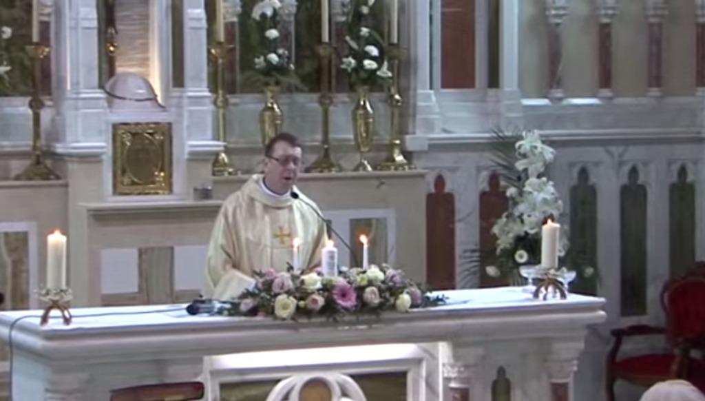 【感動】結婚式でおもむろに登壇した神父さん。突然「ハレルヤ」を美声で熱唱!ラストは会場拍手喝采の素敵なサプライズ!!