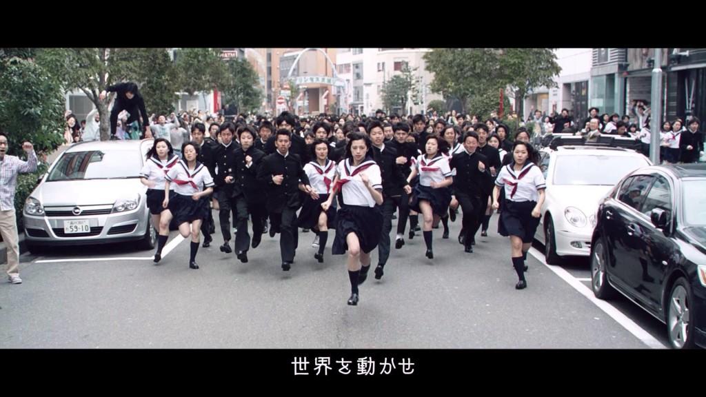 「ポカリスエット」の新CMが壮大すぎ!500人のエキストラと「中条あやみ」がセーラー服で街中を全力疾走!!