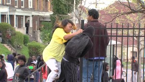 おかん強い。。デモに参加している息子を引きずり出す母親が話題に!!