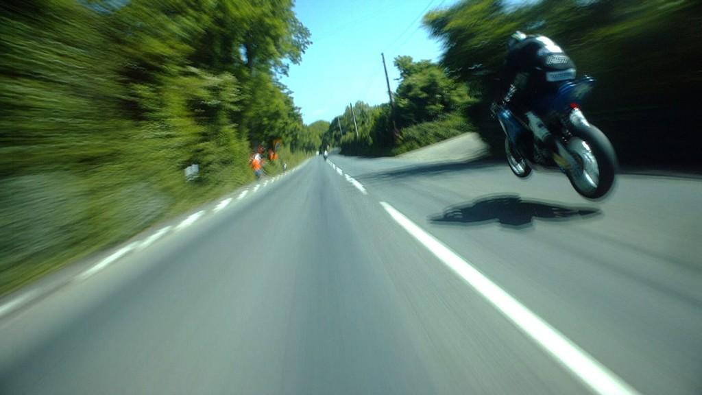 細い道を時速320kmで爆走!世界一危険なレース「マン島TTレース」のど迫力視点映像!!