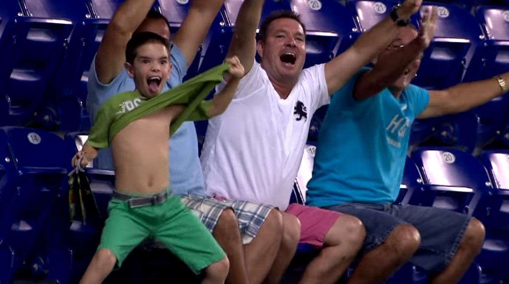 【爆笑】自分が球場のスクリーンに映ってると気づいた少年のハイテンションぷりが面白すぎるwwwwwwwww