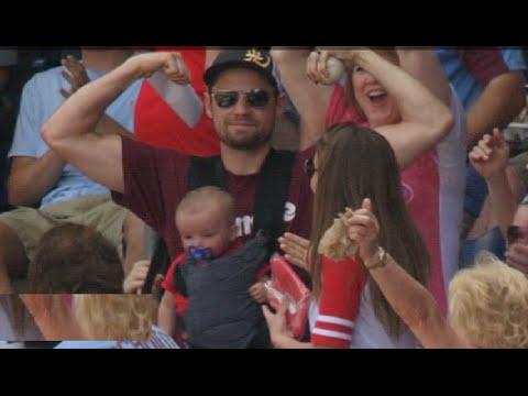 【メジャーリーグ】赤ちゃんを抱っこしたパパがファールボールをナイスキャッチ!