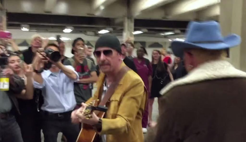 U2がストリート・ミュージシャンに扮してニューヨークの地下鉄でサプライズ演奏!!