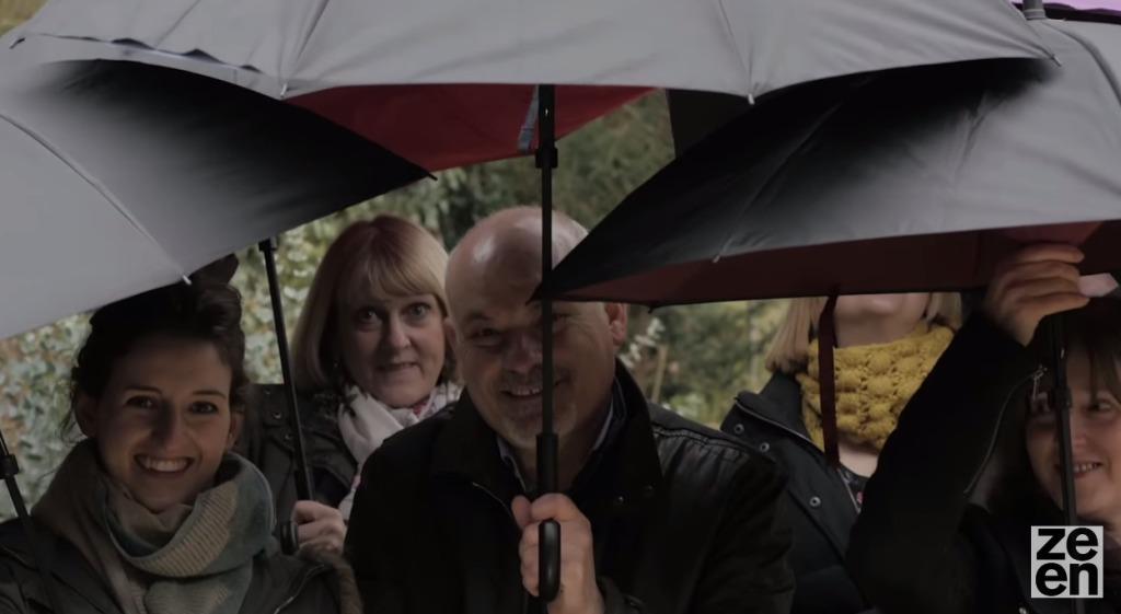 濡れた面を内側に収納できるナイスアイディアな傘!!