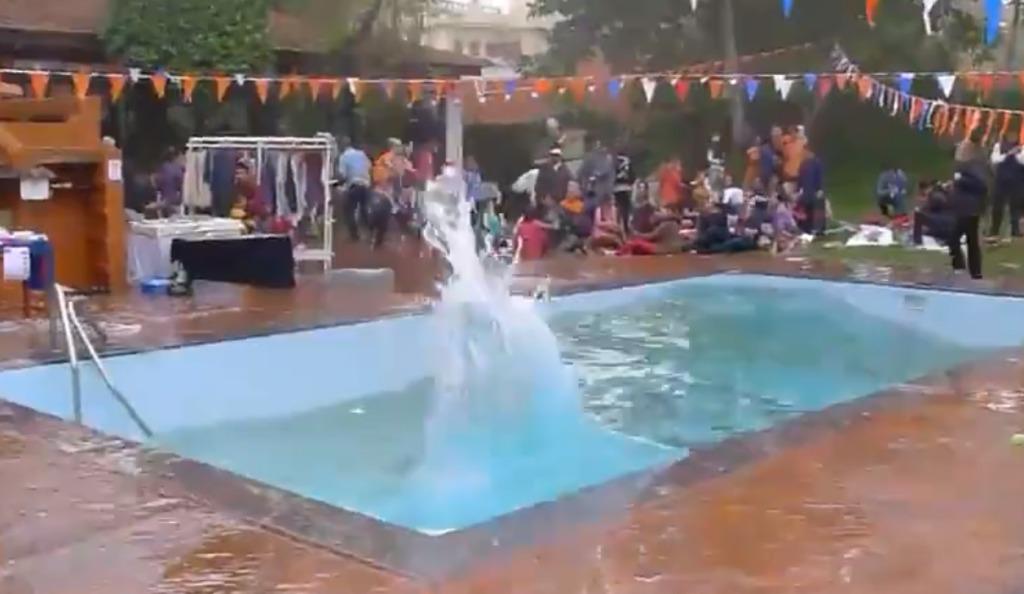 【ネパール地震】プールの水の動きでどれだけ大きな地震だったかがよく分かる