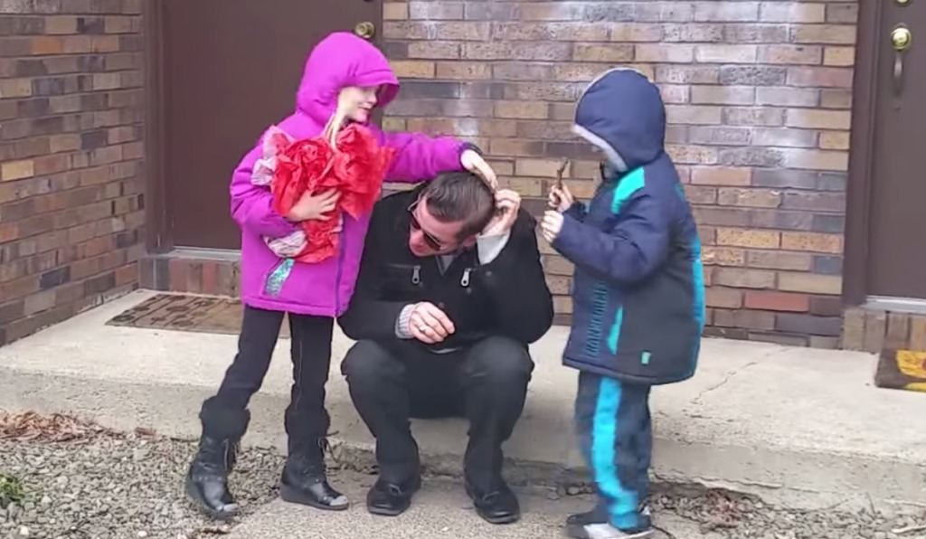 【感動】「色覚矯正メガネ」を子供たちからプレゼントされたパパ。初めて色のついた世界を見たパパは、予想以上の出来事にむせび泣いてしまう