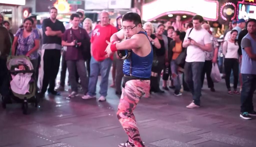 タンバリン芸人の「ゴンゾー」がニューヨークでキレッキレの路上パフォーマンス!すぐに人だかりに!!