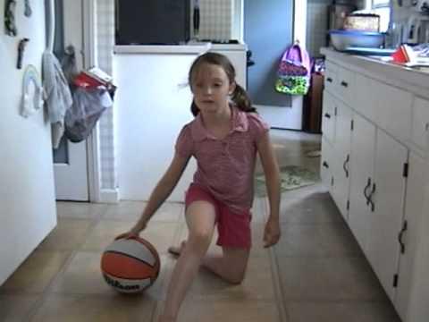天才少女!バスケットのドリブルが上手い8歳の女の子