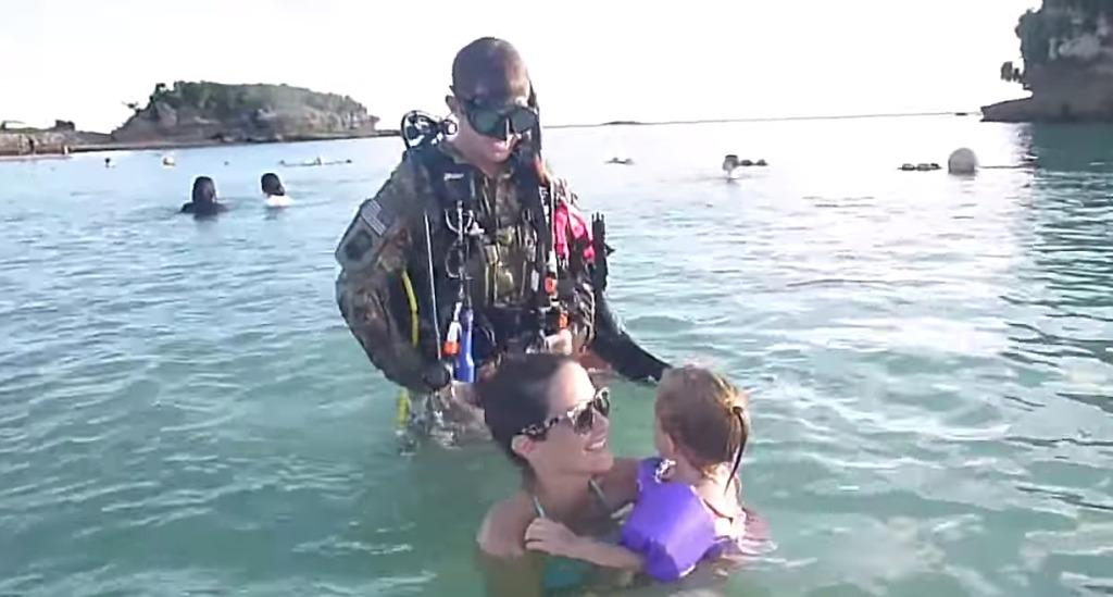 【感動サプライズ】沖の方から怪しい兵士が泳いできた!その正体に家族全員大喜び!!