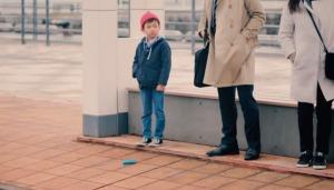 もしも見知らぬ大人が財布を落としたら、子供たちはどうする?!