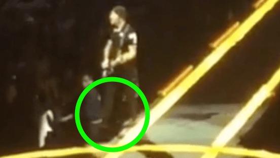 床が無い!U2のギタリストが演奏中ステージから落下してしまい話題に!!