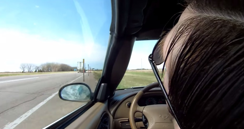 【ドラレコ】高速道路を運転中、突然意識を失ってしまった男性!アクセルが踏まれたまま暴走!!