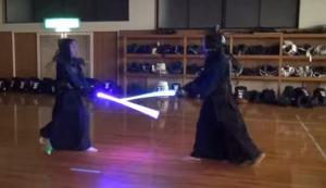 「ライトセーバー」のおもちゃで剣道をやったら予想以上にスタウォーズの戦いが再現されて驚き!!