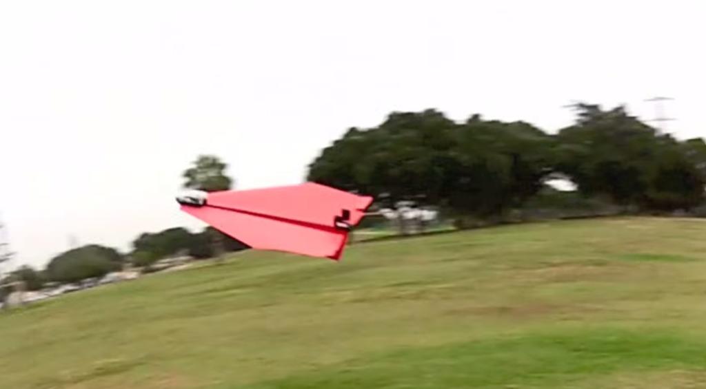 紙飛行機をスマホで操作可能にするラジコンキットが凄い!!