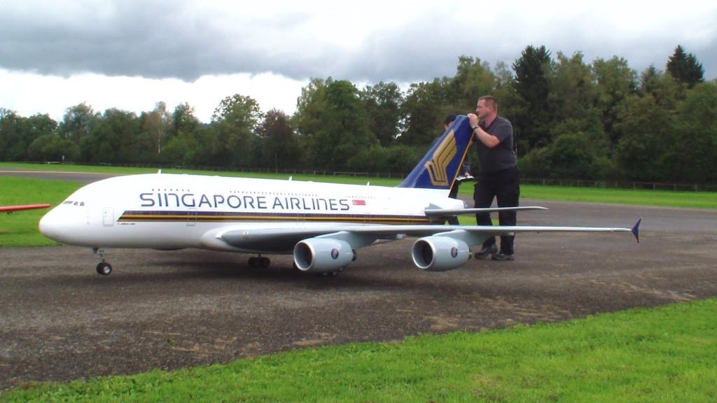 【究極の趣味】超リアルなラジコンのエアバスを飛ばす!エンジン音や離陸の様子も超リアル!!