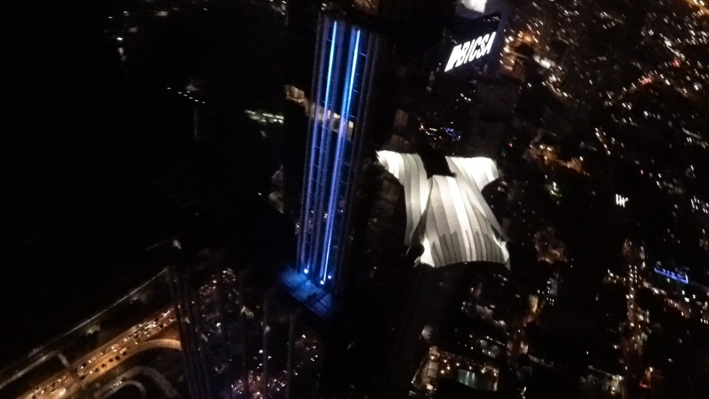 光る翼で都会の夜景を飛び抜ける天使!!
