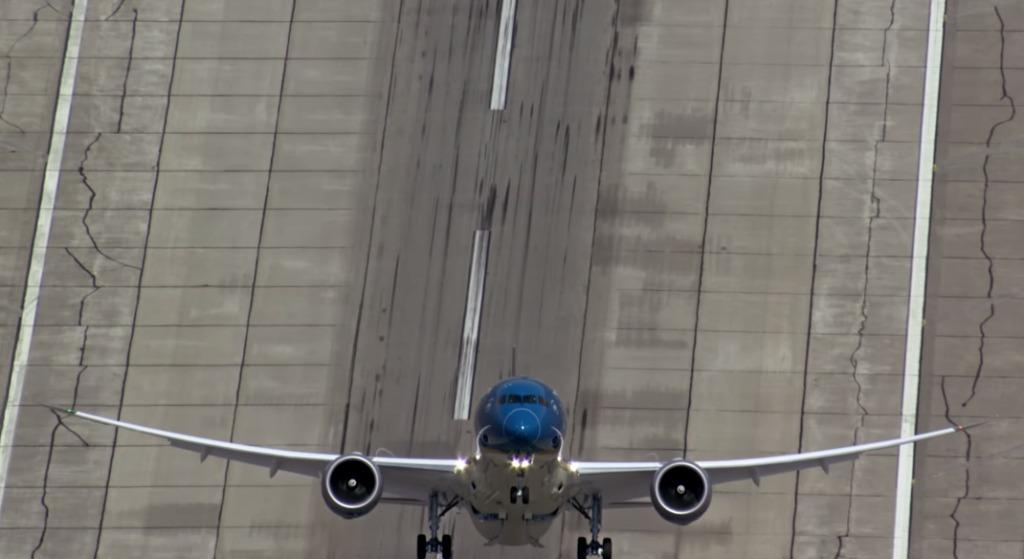 ほぼ垂直の角度で離陸するボーイング社の最新鋭航空機がスゴイ!!