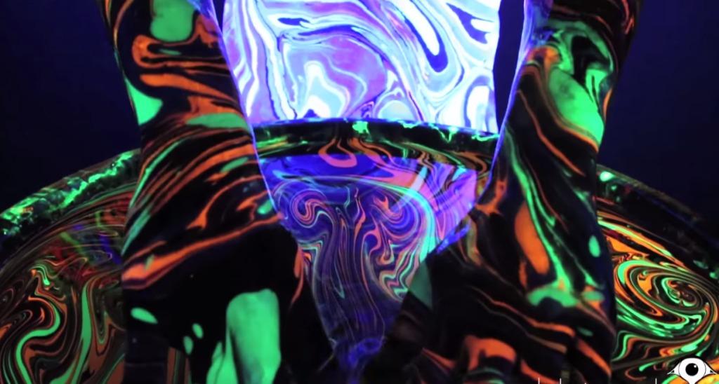 ブラックライト × ボディペイントのアートが超綺麗!!