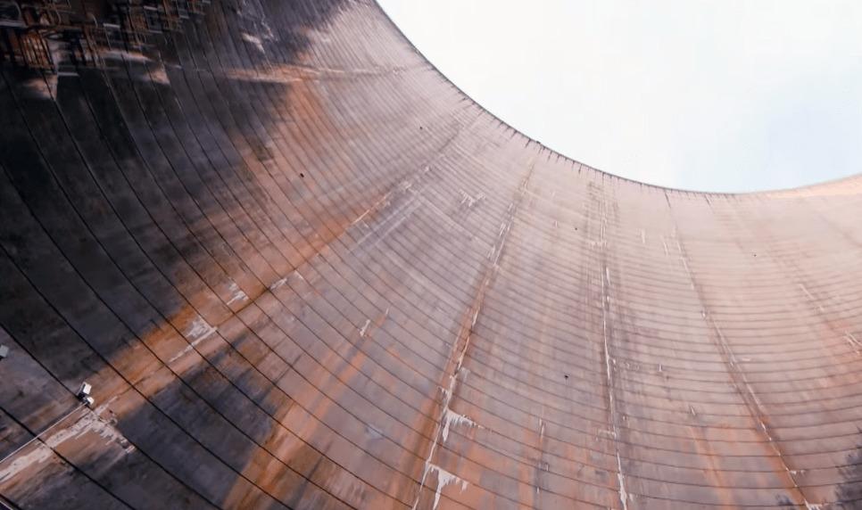 【世界記録】126.5メートルのダムの上からバスケットゴールにシュートを決める!!