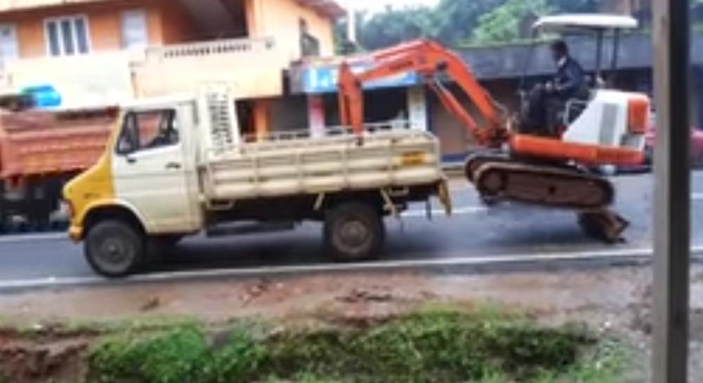 ショベルカーを高低差のあるトラックの荷台に積む芸術的な方法!!