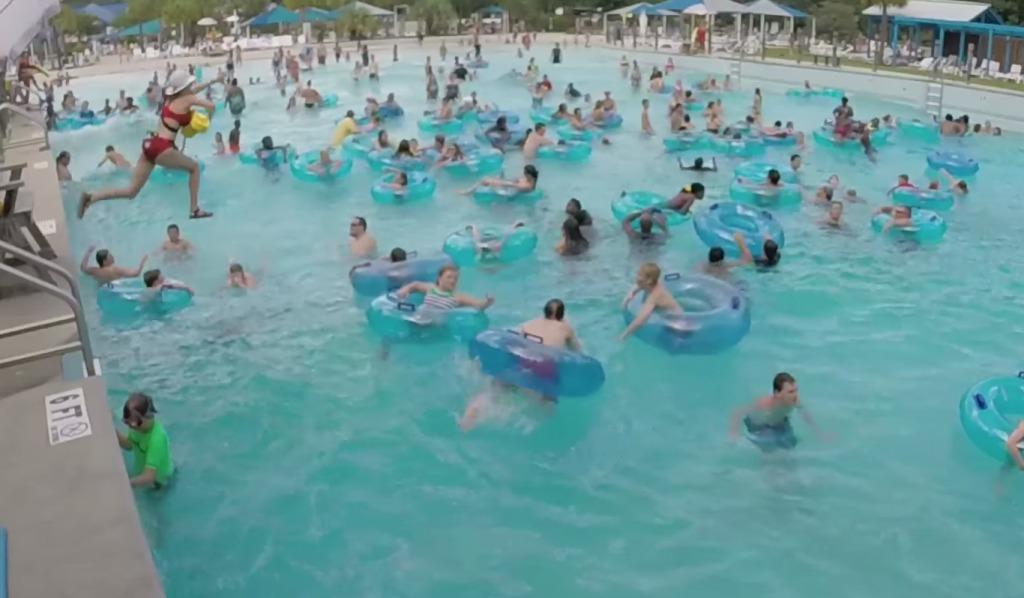 混雑したプールで溺れた人を速攻で発見して救助!ライフセイバーって凄い!!