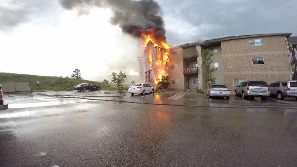 近隣のアパートの火災に遭遇した撮影者が各部屋を回って住民に知らせ、3匹の犬も救出!勇気ある行動に拍手!!