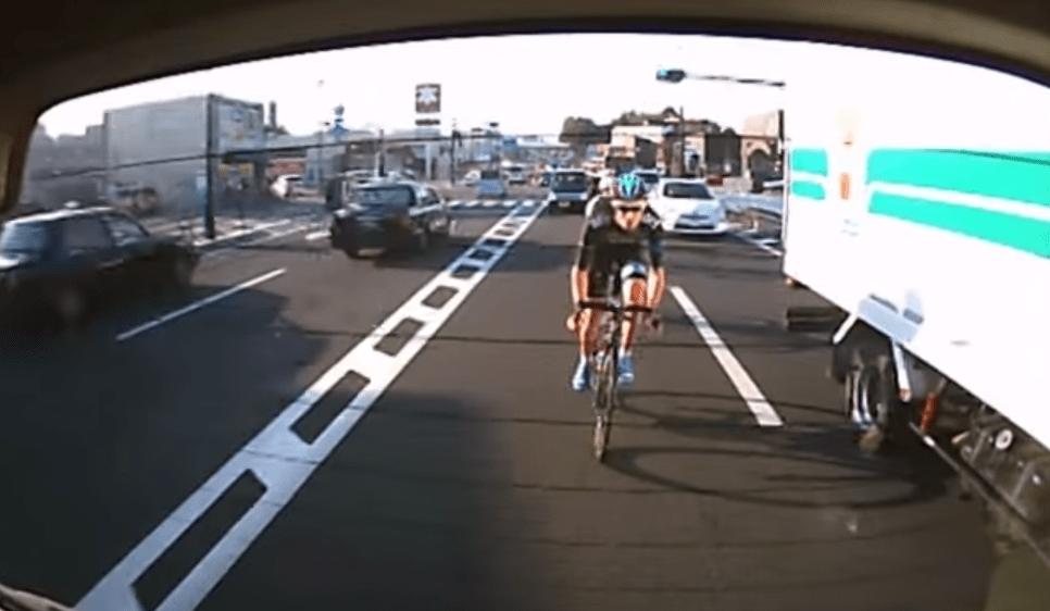 危ない!集団ですり抜け運転をするロード自転車集団!!