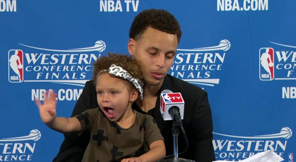 【爆笑】NBAのスター選手の2歳の娘が記者会見に乱入!ハチャメチャにやりたい放題!!