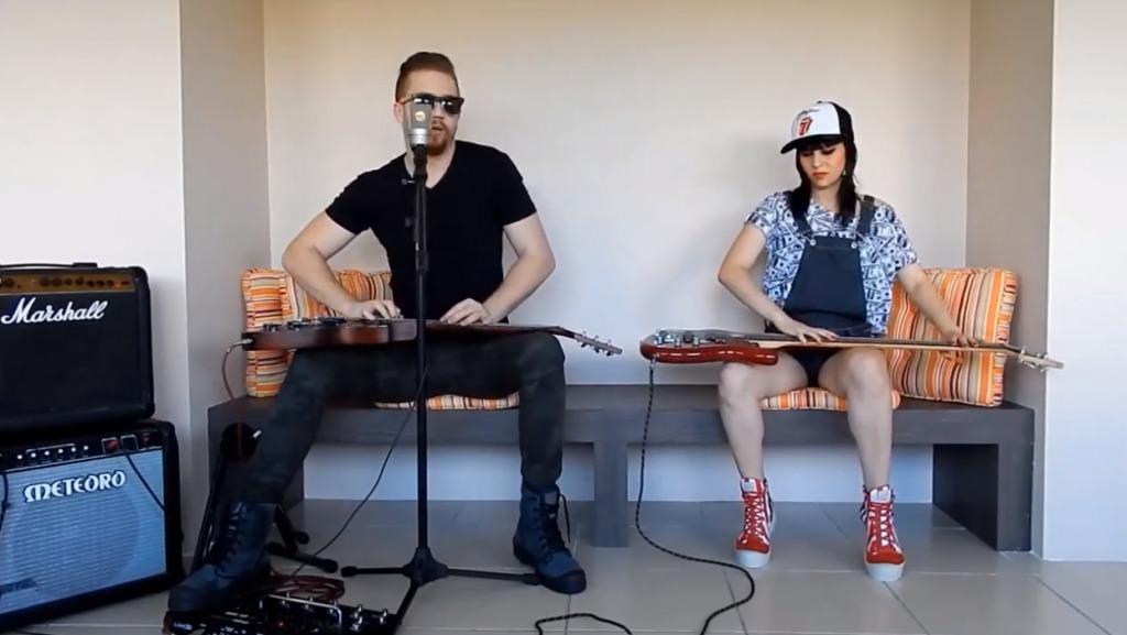 超クール!斬新な方法でギターとベースを演奏する2人のクリティが凄い!!