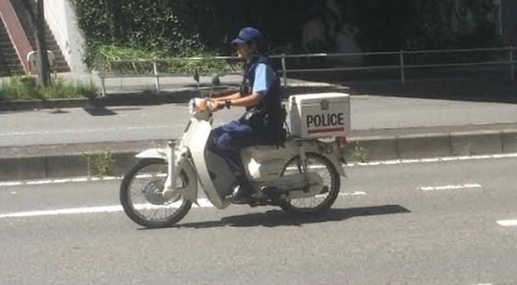 警察官がまさかのノーヘル運転?!一般人なら速攻切符切られるな。。