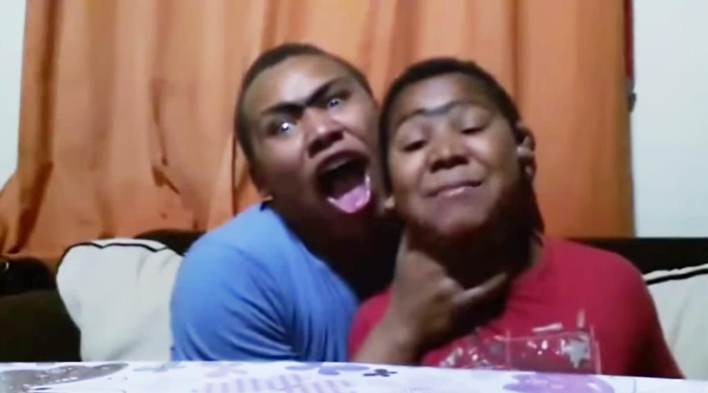【爆笑】テンション高すぎ!ラテンソングを口パクする陽気な兄弟wwwwwww