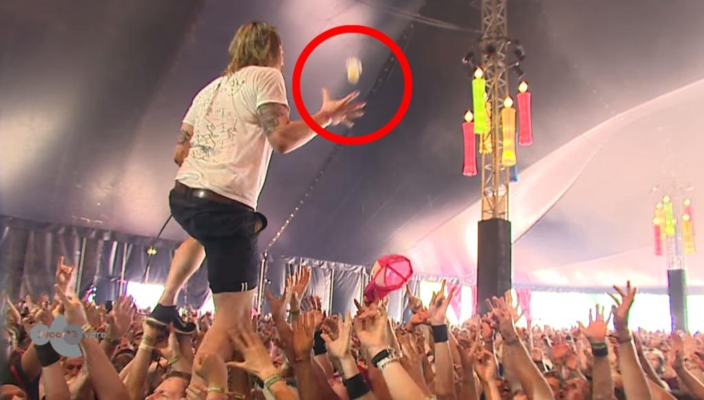 【神技】ライブ中に突然遠方から飛んできた「コップ」をこぼさず片手でミラクルキャッチ!投げた方も取った方もスゴい!!