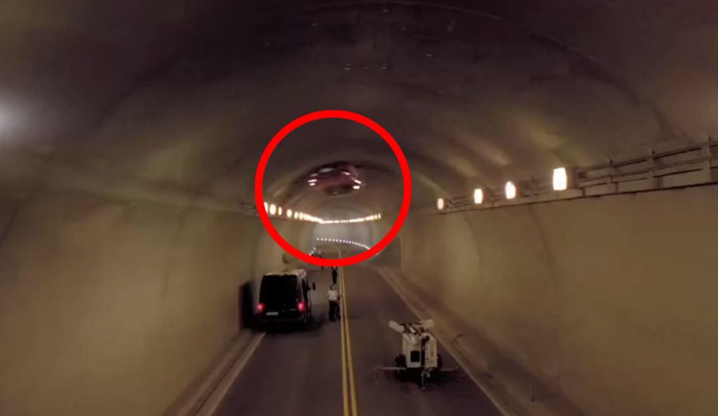 【神業】フル加速したベンツがトンネルの内壁を一回転!CG一切無しの本気スタントが鳥肌もの!!