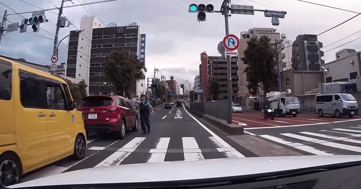 いきなり道路に飛び出してくる警察官!仕事熱心なのは良いけど危なく轢いてしまうところ!!