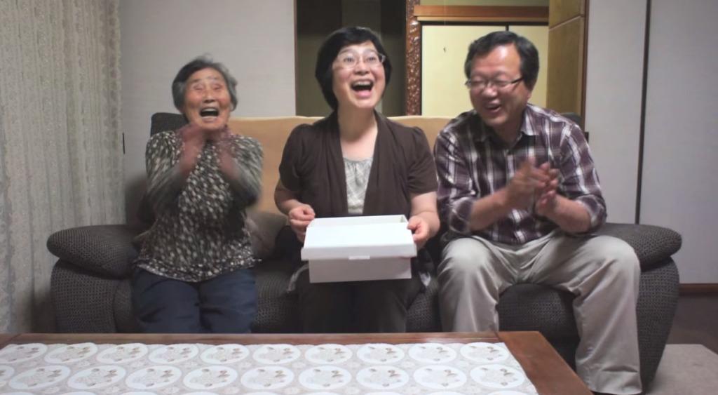 【日本】エコー写真が入った箱で家族にサプライズ妊娠報告!その反応に心温まる!!