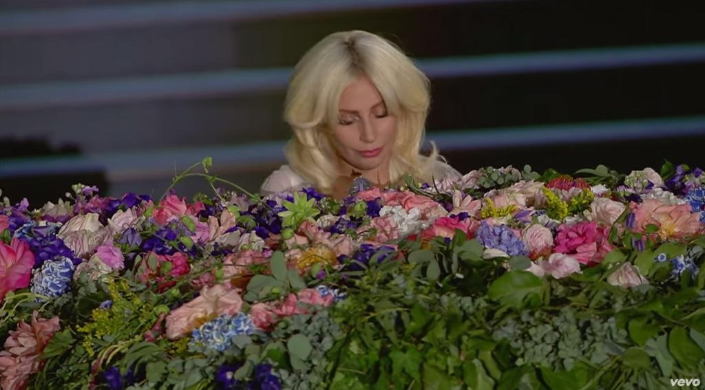 レディ・ガガ、純白の衣装でジョンレノンの「イマジン」を熱唱!あまりの美声に会場が静寂に包まれる!!