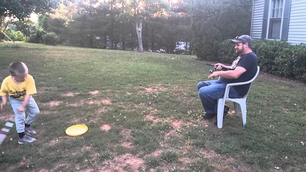 【爆笑】ボールを取りに行くのが面倒くさいパパが考えたトレーニング方法w