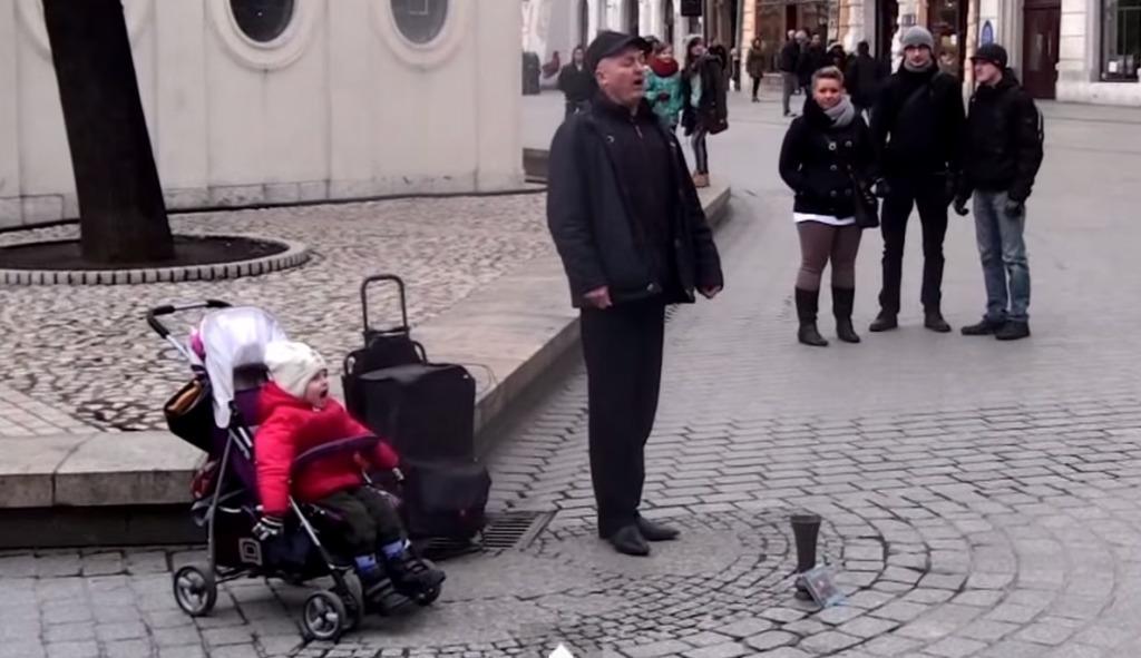 【爆笑】パパと一緒にストリートライブ!赤ちゃんはパパを超える歌声の持ち主だった!!