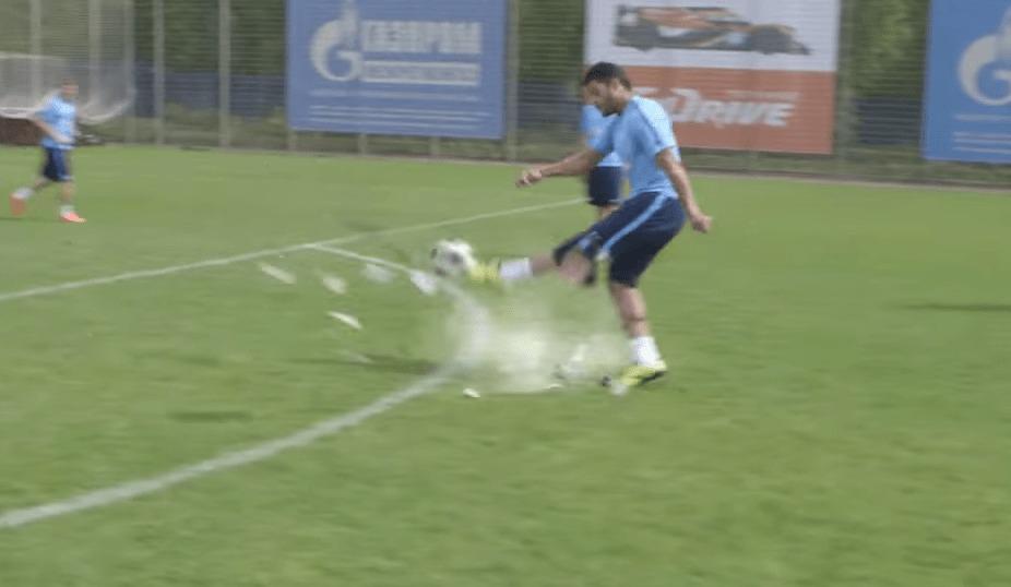 キック力の強すぎる選手がボールを蹴った結果、木っ端微塵に!!!