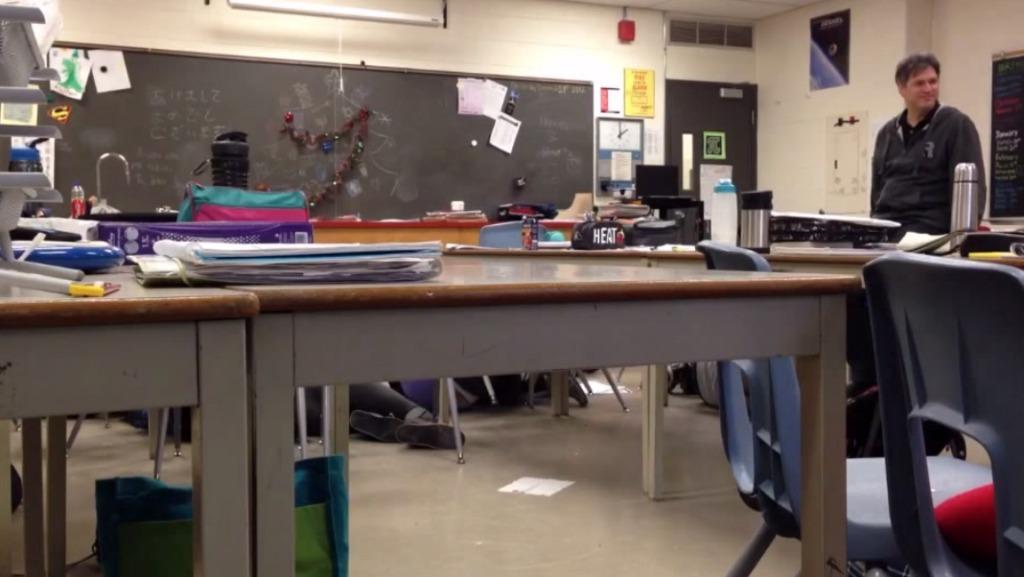 生徒が突然死んだふり!?優しそうな先生の反応に癒されるw