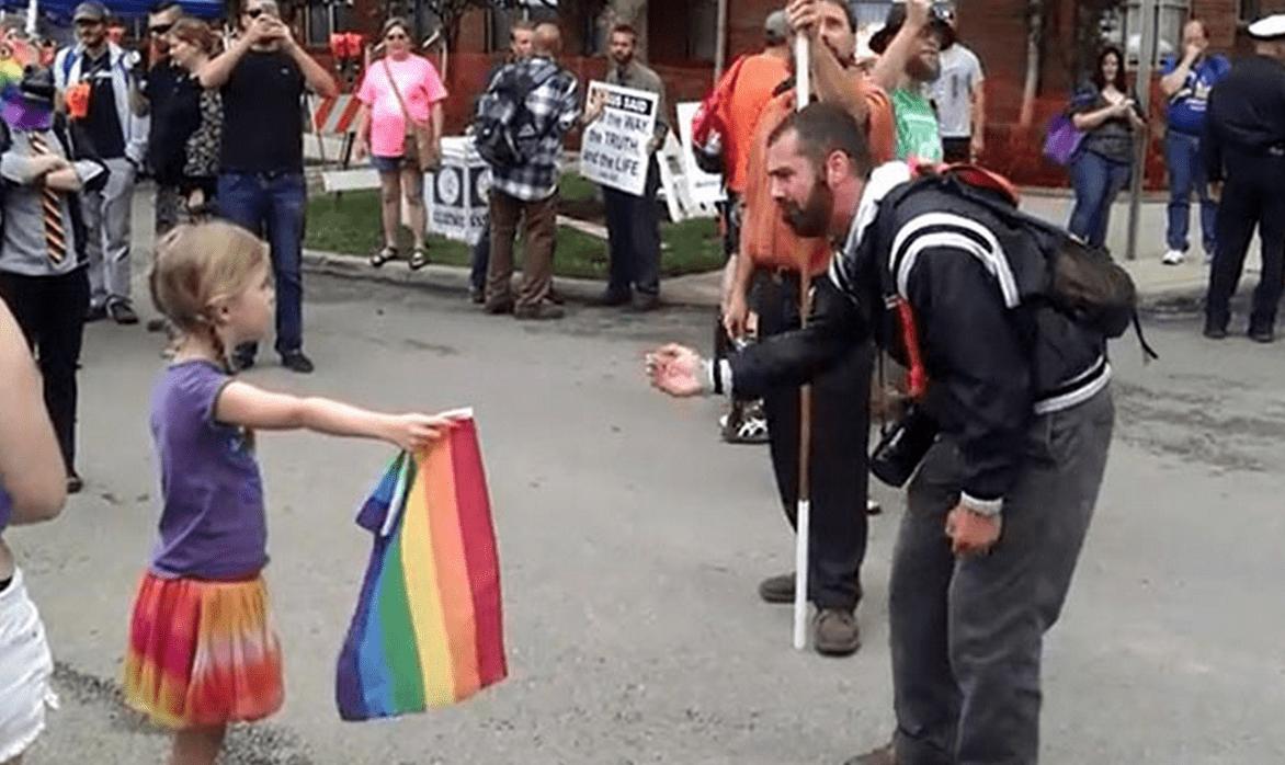 同性愛反対!と叫ぶ男性に立ち向かう7歳の少女!!