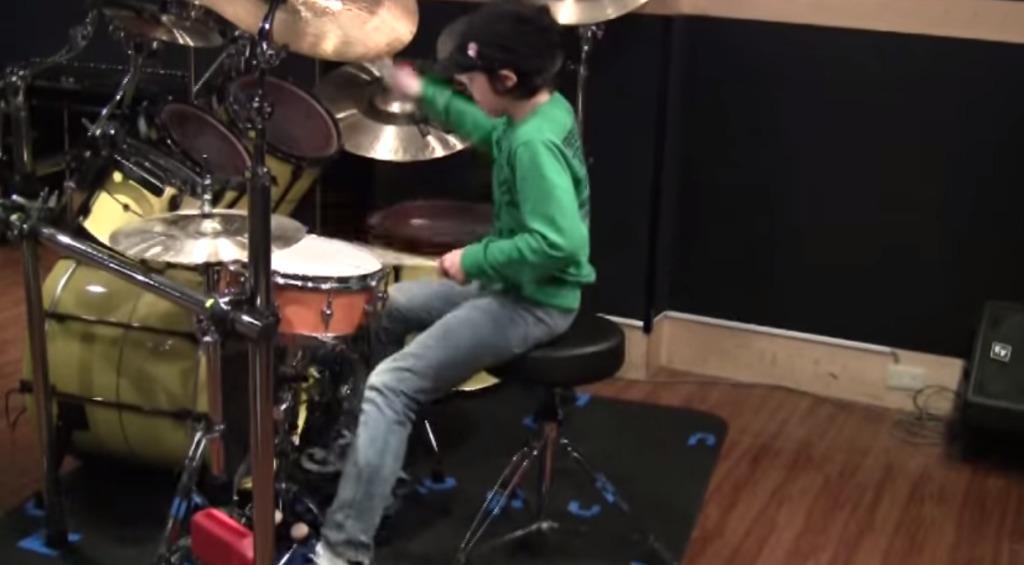 日本人の10歳の少年のドラムテクが凄いと海外で評価されている!!