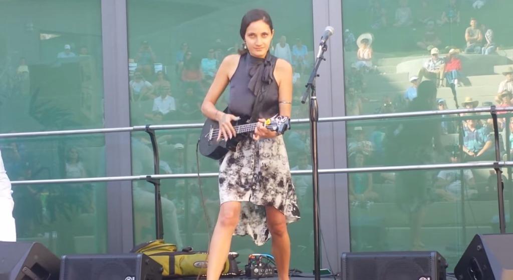 【超絶テク】ウクレレってこんな激しい楽器だった?!独特のスタイルで「天国への階段」を演奏する美女、実は天才ウクレレ少女だった!!