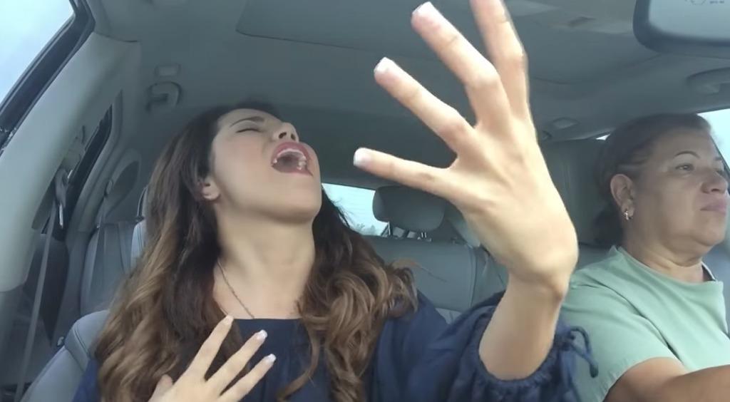 【爆笑】音楽に合わせてテンションMAXな娘と、冷静に運転し続ける母親が面白すぎるwwwwwwww