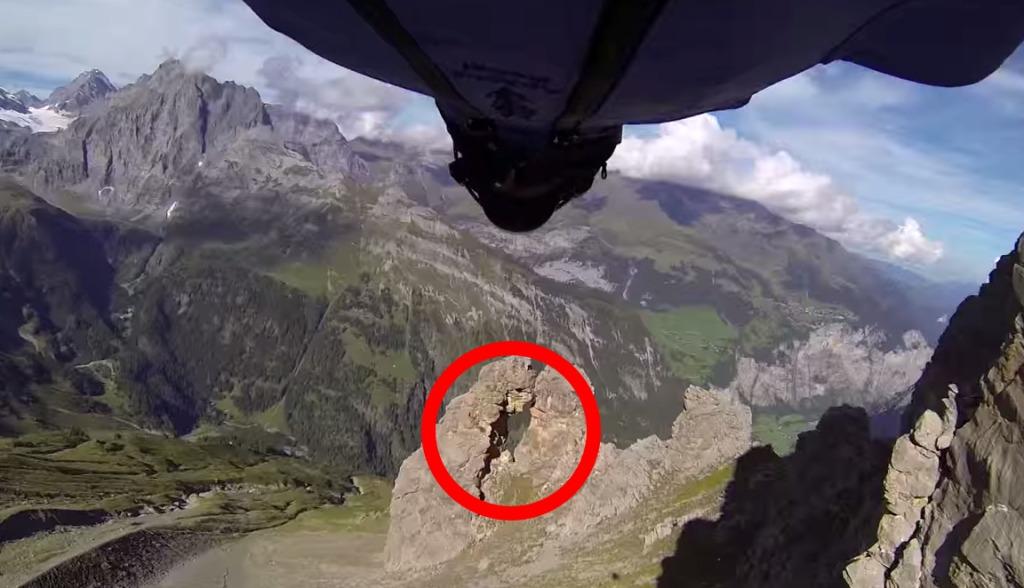 【神業】針の穴を通すとは正にこのこと!ウイングスーツで、幅2メートルしかない岩穴を超速でくぐり抜ける!!