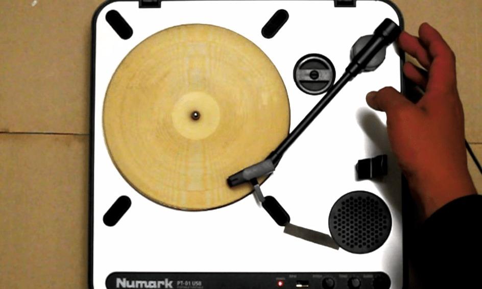 薄焼きパンに溝を掘ってレコードプレイヤーで再生してみた結果、ちゃんと音楽が聴けた!!