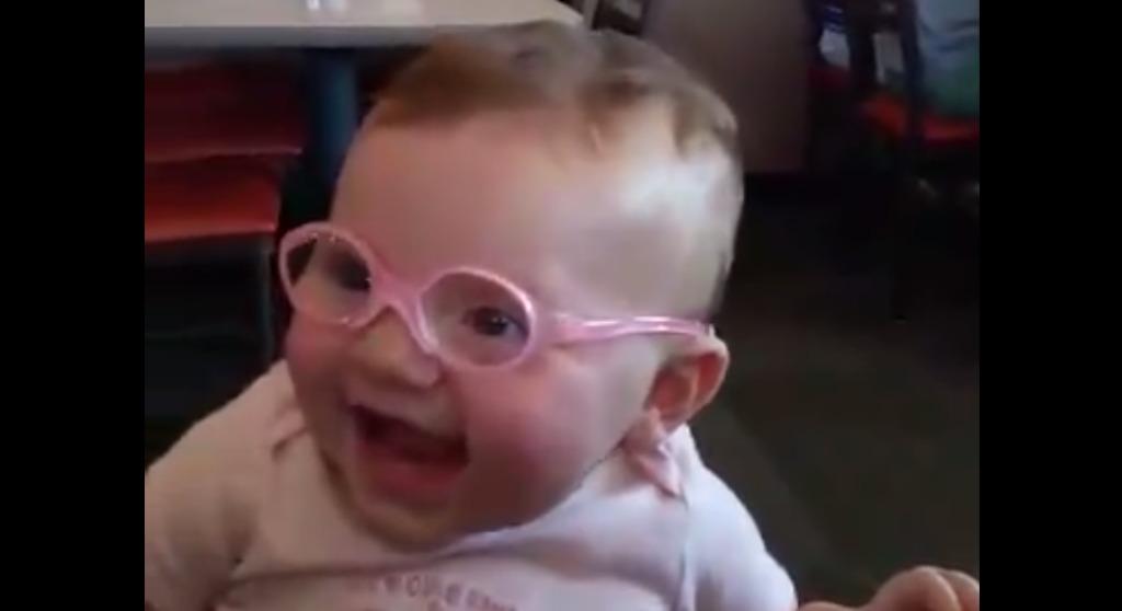 生まれつき目が悪い赤ちゃんが、メガネを付けて見えるようになった瞬間の反応に癒される!!